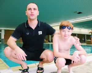 Schweizer Nachwuchsschwimmer mit Trainer Alexander Steinhart