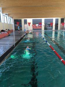 Kinder lernen Rückenschwimmen