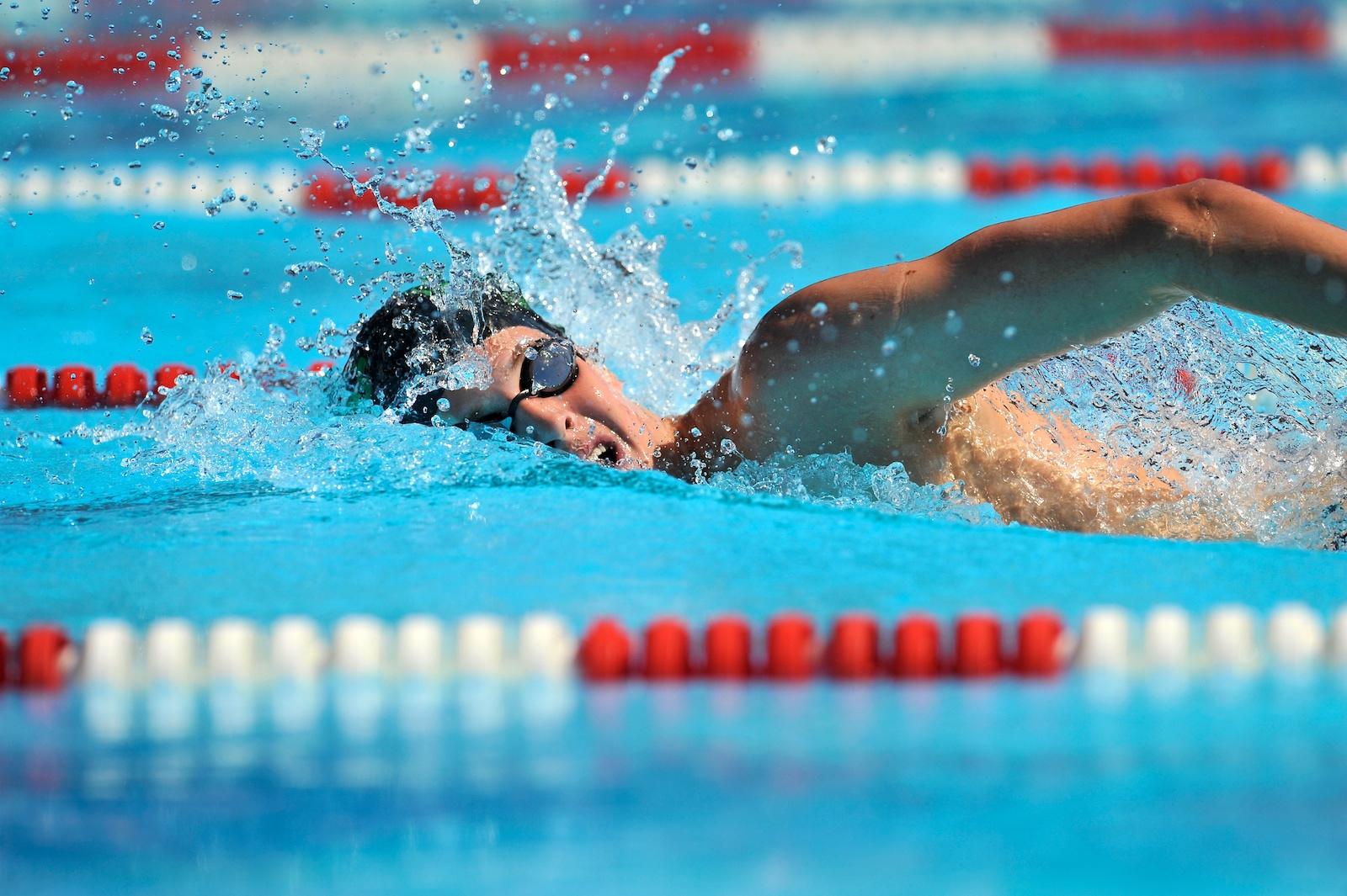 Kraulender Schwimmer im Pool